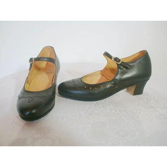 Női kézzel készített díszített karaktercipő